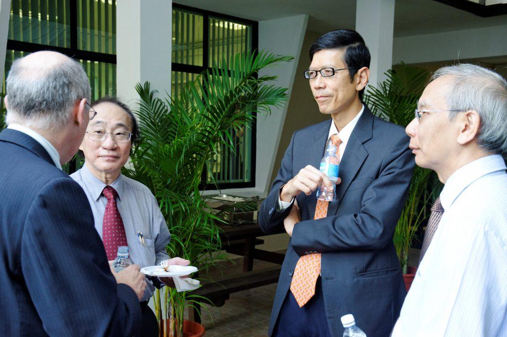 An impromptu summit meeting: (From left) Tim BROWN (back facing camera), Louis CHEN, President TAN Chorn Chuan, CHONG Chi Tat