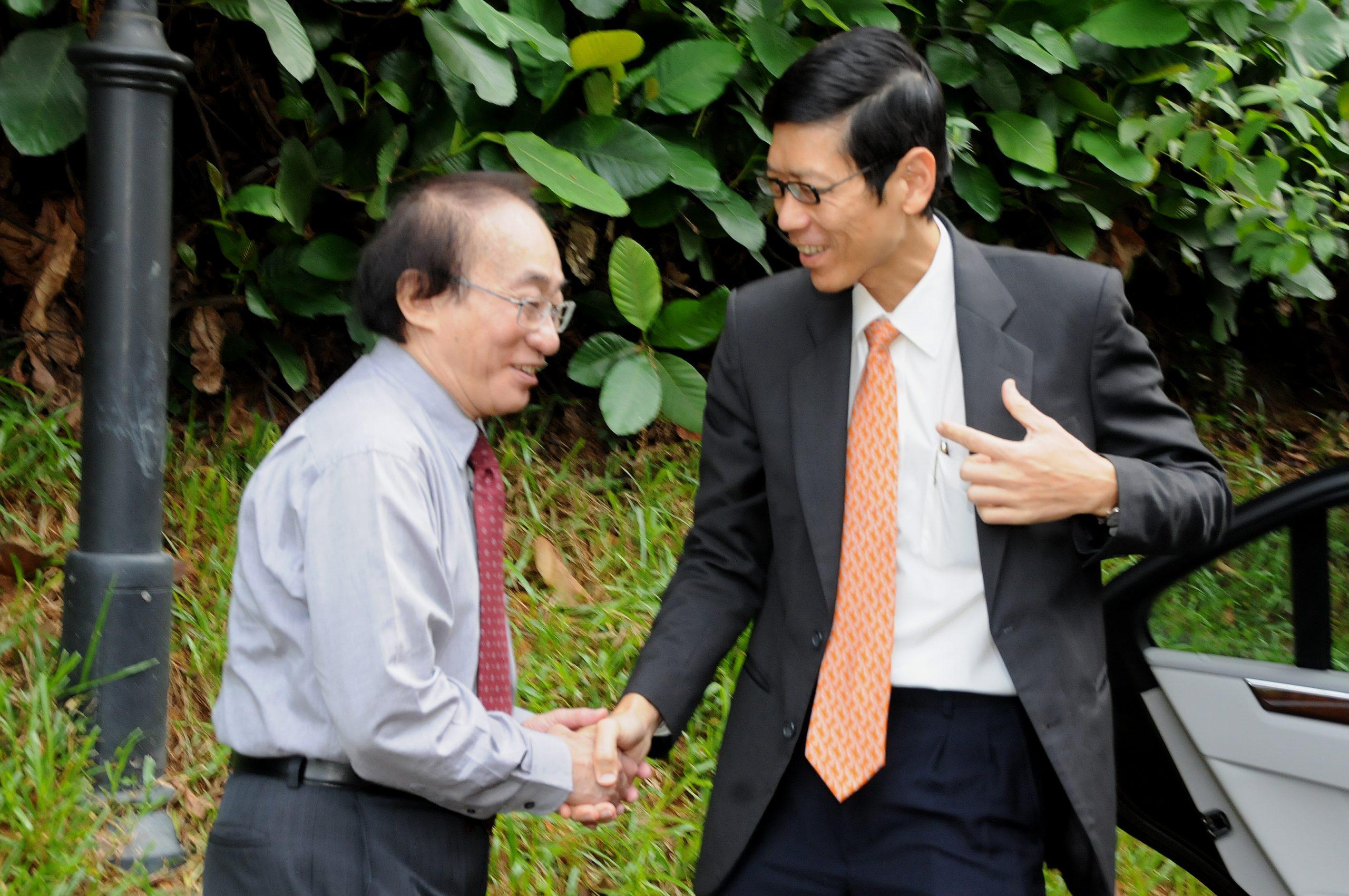 IMS Director Louis CHEN greets NUS President TAN Chorh Chuan